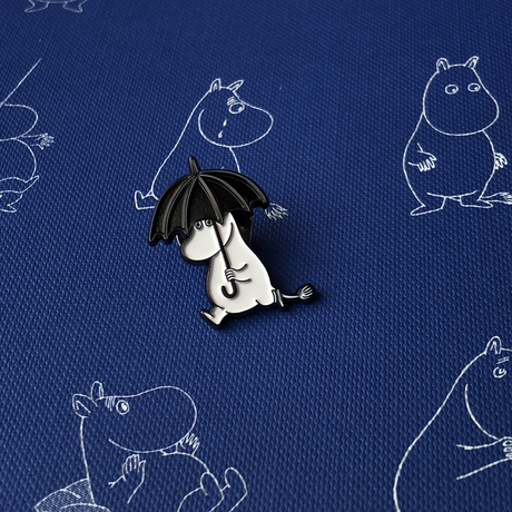Значок эмалированный Муми-тролли Фрекен Снорк с зонтом.