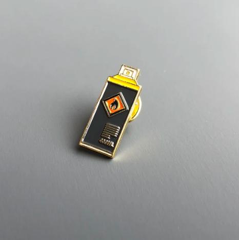 Значок эмалированный Баллончик желтой краски.